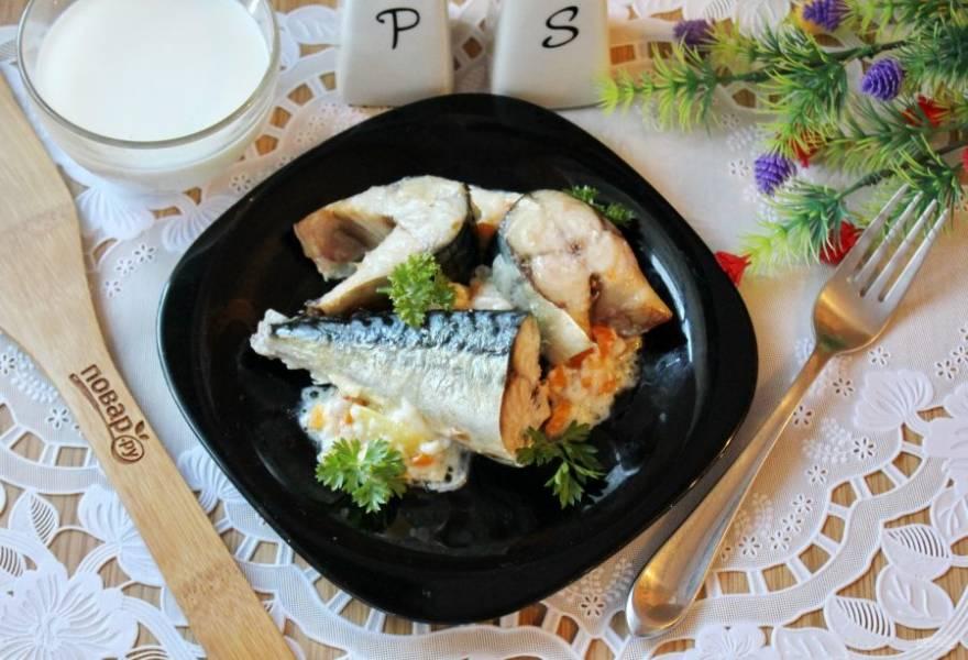 Скумбрия в молоке готова. Подавайте к столу в горячем виде с картофельным пюре, отварным рисом, свежими овощами.