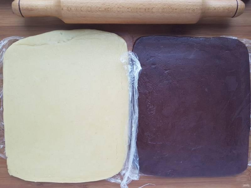 Когда тесто достаточно охладится, раскатайте оба пласта толщиной в 1 см. Оба пласта должны быть примерно одинаковой формы.