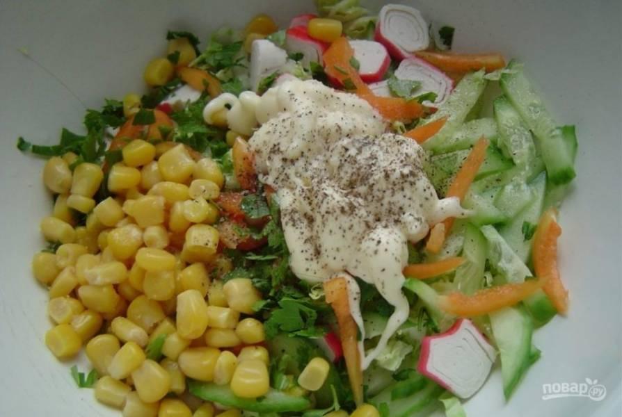 Все нарезанные ингредиенты вместе с кукурузой, майонезом и солью соедините в салатнице.