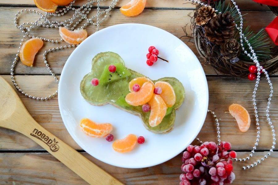 Украсьте десерт фруктами и подавайте к столу!