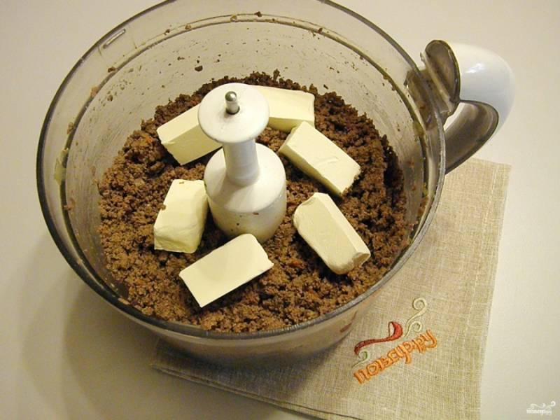 В горячий печеночный фарш добавьте кусочки сливочного масла. Снова перемешайте в блендере смесь.