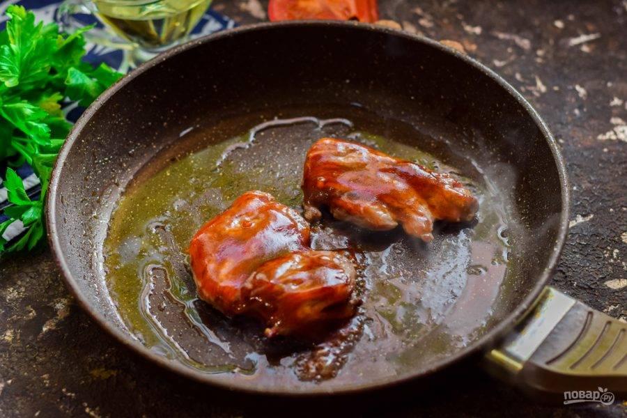 Смажьте мясо немного глазурью и прогрейте под крышкой пару минут.
