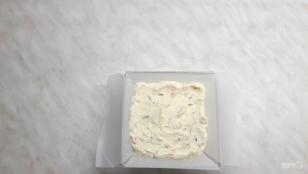 4. Выложите творог в ранее застеленную пергаментной бумагой форму (квадратную или круглую), разровняйте верх и отправьте на ночь в холодильник.