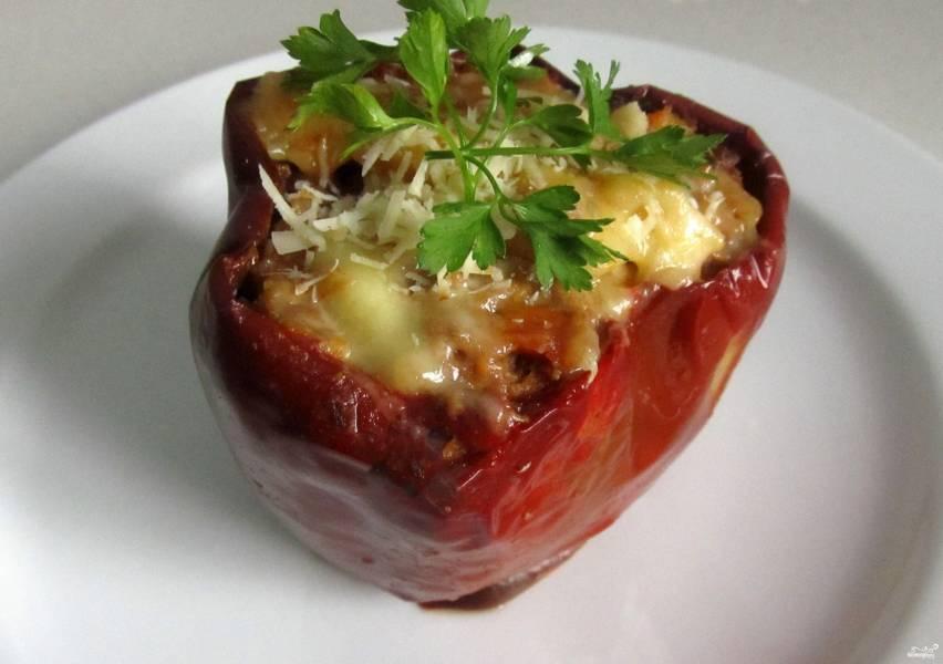 Перец, фаршированный мясом и рисом, в духовке