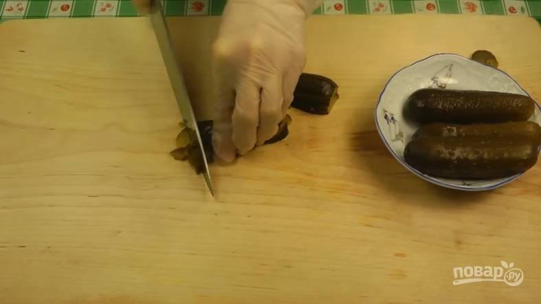 Огурцы нарежьте кубиками. Как только картофель будет готов, добавьте в суп зажарку и огурцы.