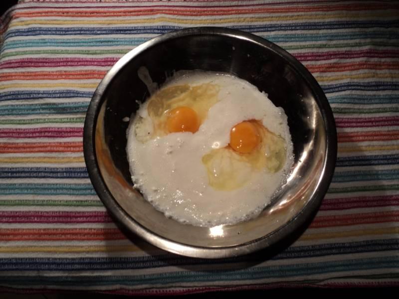 Добавьте яйца, взбейте массу.