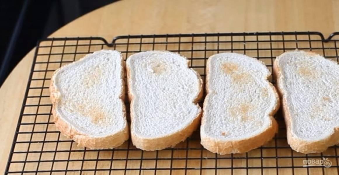 1. Хлеб подсушите в духовке или в тостере до образования хрустящей корочки. Затем натрите хлеб с обеих сторон долькой чеснока.