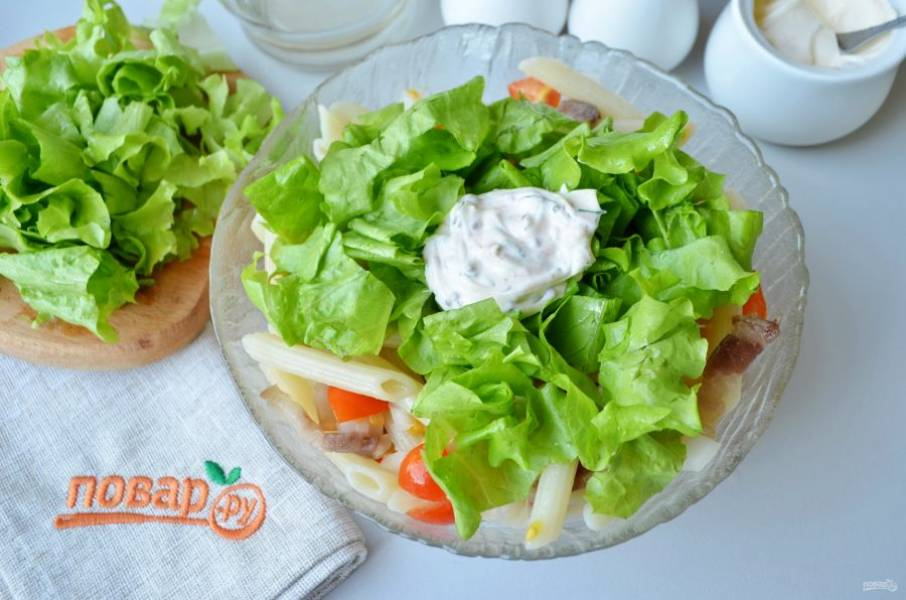"""Добавьте листья салата и соус. Чтобы приготовить соус, возьмите в равных частях: майонез, натуральный йогурт и соус """"Ранч"""" (его рецепт можно на сайте, в основе — сметана, горчица, чеснок, зелень и паприка). Добавьте столовую ложку яблочного уксуса. Перемешайте салат."""
