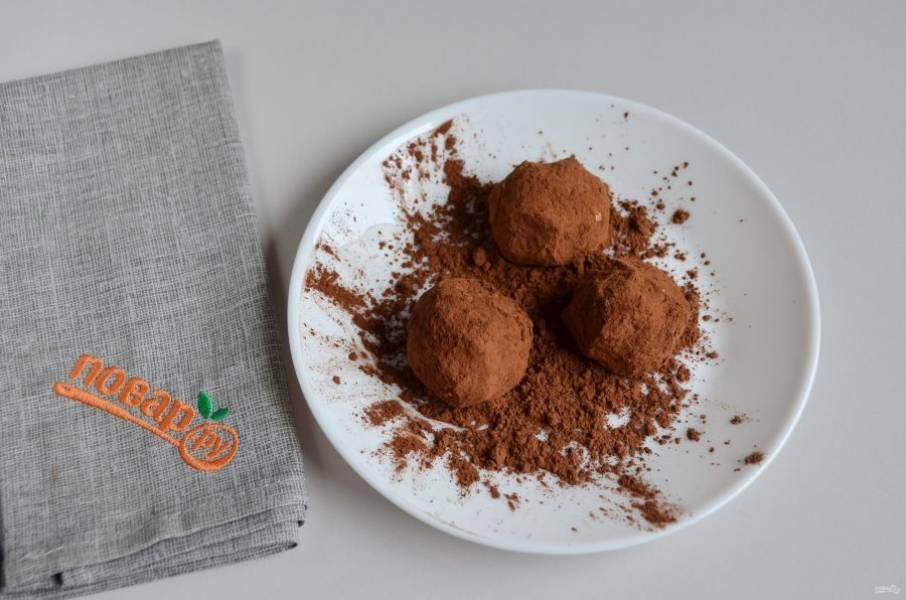 5. Руками формируйте шарики из остывшего  риса, обваливайте в какао.