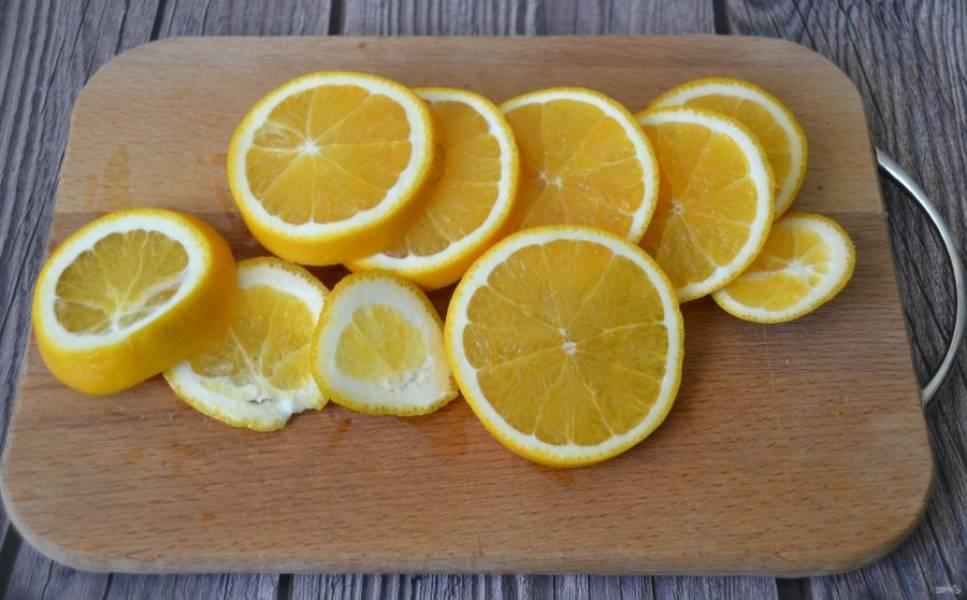 Обдайте кипятком апельсин, нарежьте, удалите семечки.