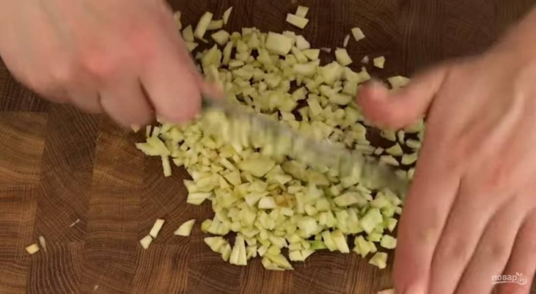 2. Мацу или хлеб замочите водой. Перемешайте яблоки и яйцо, снова подробите массу ножом. Лук нарежьте мелкими кубиками, смешайте с массой и снова хорошо порубите.
