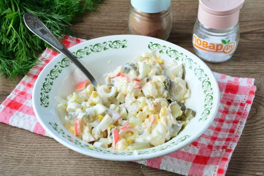 Салат перемешайте с соусом, добавьте по вкусу соль и черный перец.