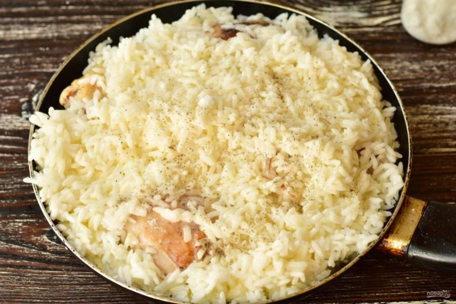 Добавьте молотый черный перец. Тушите все вместе в течение 8-13 минут. Сковороду обязательно накройте крышкой.