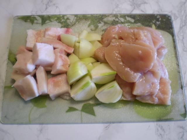 Порежьте всё удобными кусочками для мясорубки или блендера.