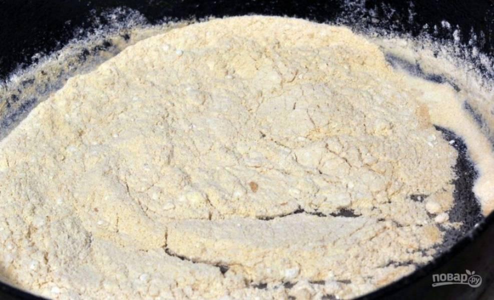 На сковороде обжарьте муку до кремового цвета, постоянно её мешая.