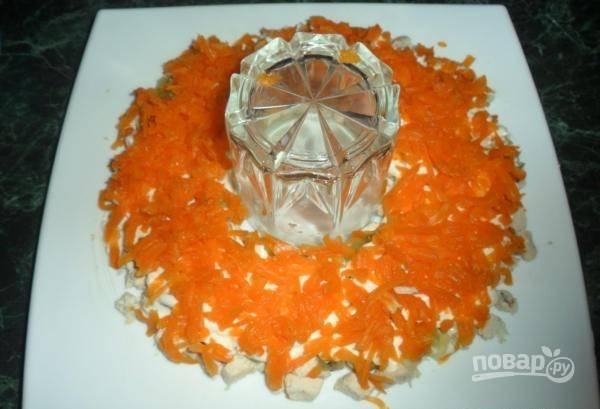 Сверху натрите морковь на крупной тёрке.