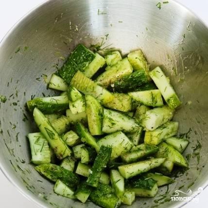 Добавляем оливковое масло, уксус, соль и перец. Хорошенько перемешиваем.