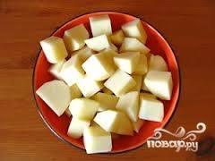 Очищаем картофель и нарезаем кубиками или как вам нравится.