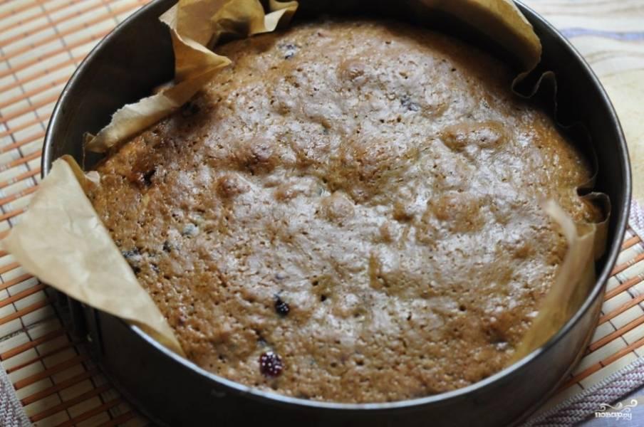 Форму для запекания можете смазать маслом или застелить пергаментом. Выложите в форму равномерно тесто и отправьте в разогретую духовку минут на 25-30. Выпекайте при 180 С.