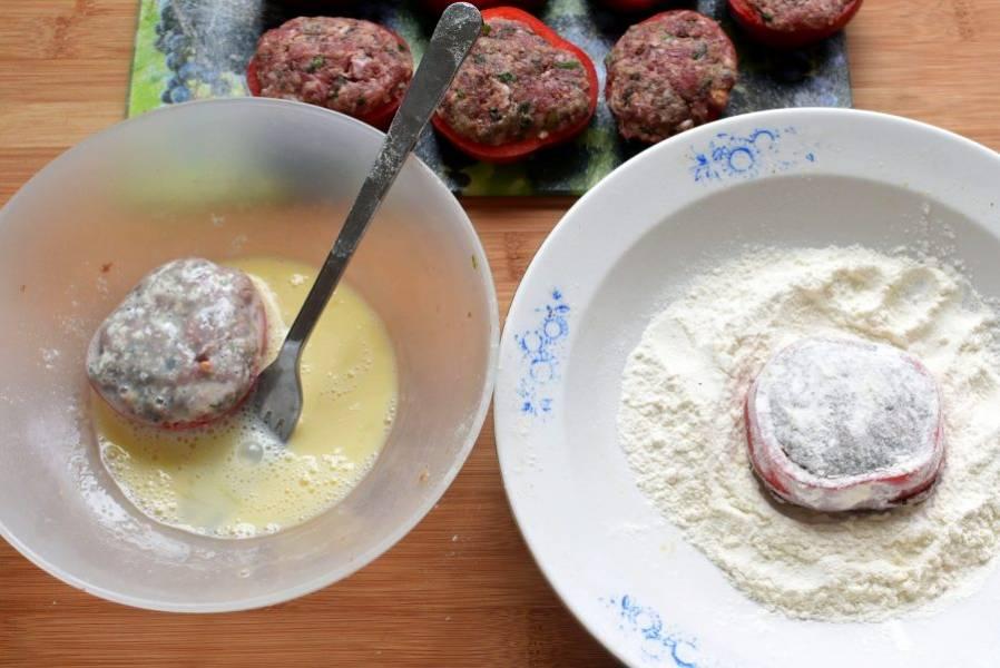 Запанируйте котлеты в муке, обмакните во взбитое с солью яйцо.