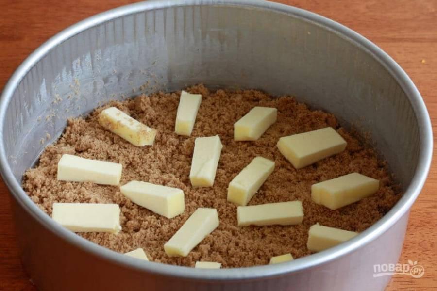 2.Нарежьте сливочное масло небольшими кусочками и выложите поверх сахара.