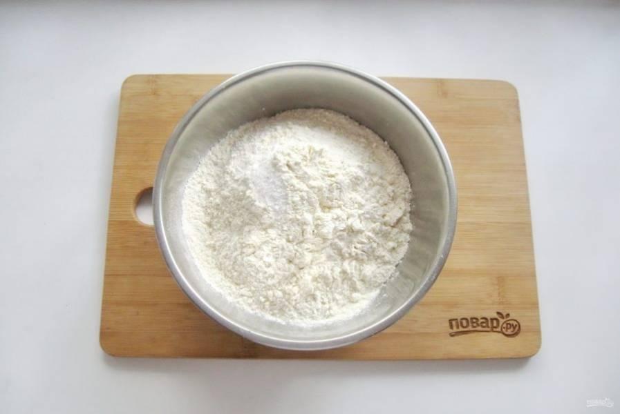 В миску насыпьте муку и соль.