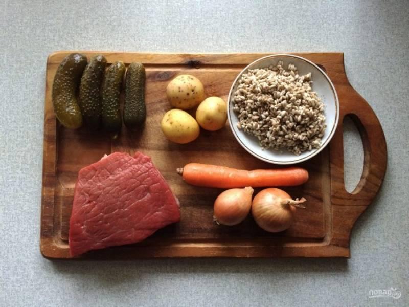 1.Подготовьте все ингредиенты. Перловку замочите в холодной воде и оставьте на ночь. Очистите лук и морковь, вымойте мясо. В кастрюлю налейте воду, мясо нарежьте кусочками и положите в кастрюлю, отправьте ее на огонь и после закипания варите на слабом огне.