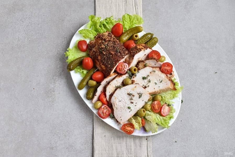Готовое мясо накройте фольгой и выдержите 10-15 минут, если будете подавать карбонат горячим и полчаса – если холодным. Нарежьте мясо поперек волокон и подавайте, украсив с учетом ваших предпочтений.