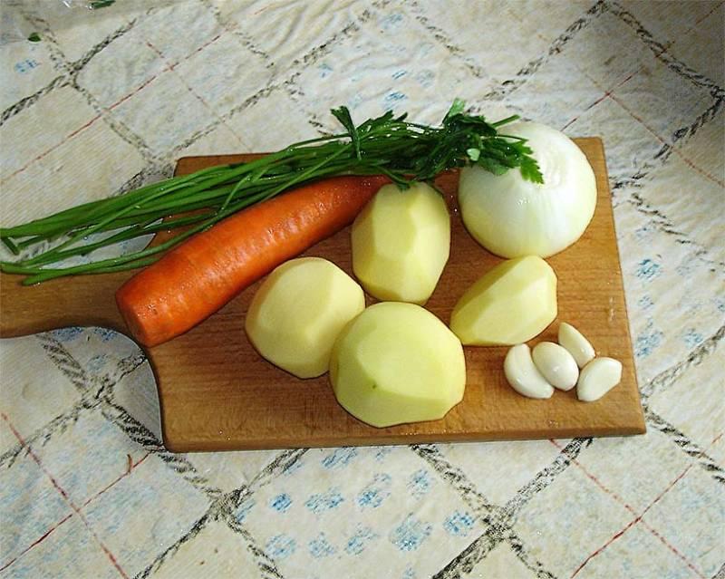 Пока рыба размораживается моем и чистим овощи необходимые для супа.