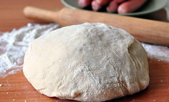 Просеиваем муку, замешиваем упругое и плотное тесто. Месить нужно 10-15 минут.