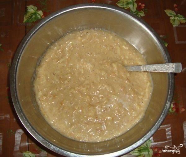 Добавляем в яичную смесь натертые яблоки и муку с содой и корицей. Все хорошо перемешиваем.
