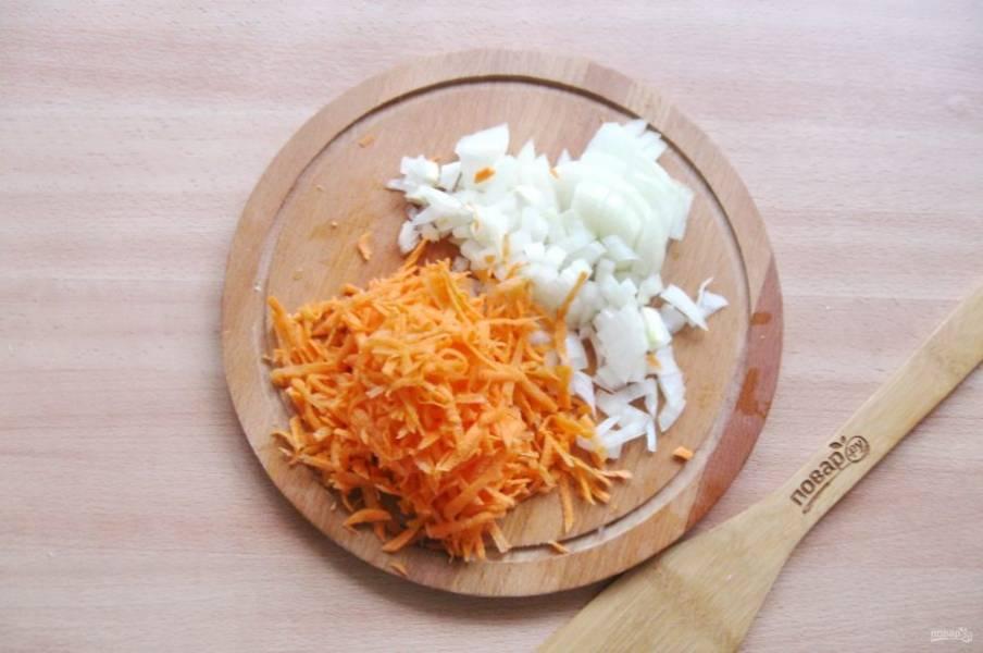 Репчатый лук и морковь очистите, помойте. Морковь натрите на терке с крупными отверстиями, а лук мелко нарежьте.