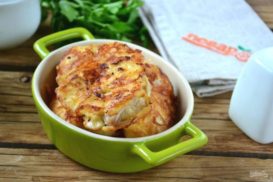 Куриные отбивные в сырном кляре готовы. Подавайте их с соусом. Приятного аппетита!
