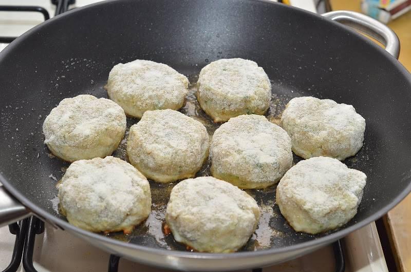 7. На сковороду налить чуточку масла и на большом огне обжарить котлетки с двух сторон.
