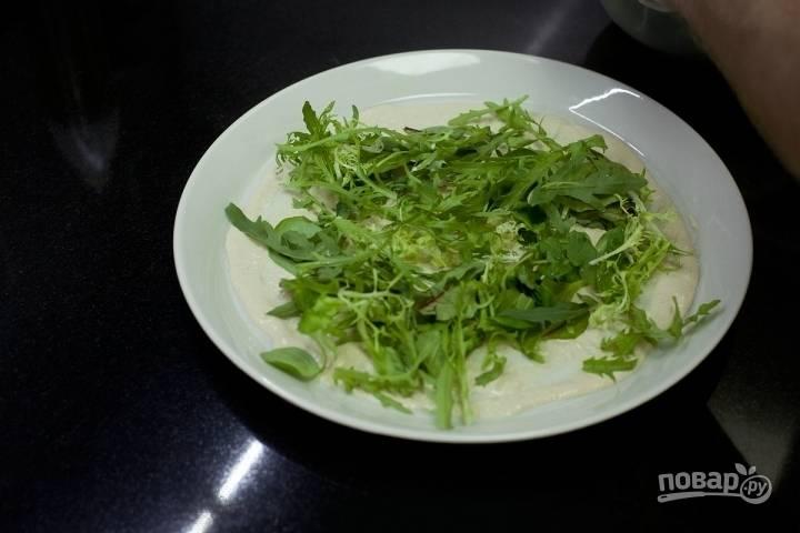 Выложите поверх равномерно микс салатов.