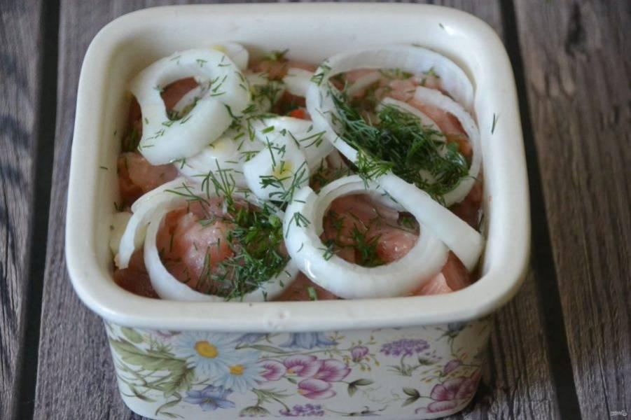 Выложите сверху кольца лука, посыпьте укропом, полейте растительным маслом. В таком виде рыбу можно хранить в холодильнике до одной недели.