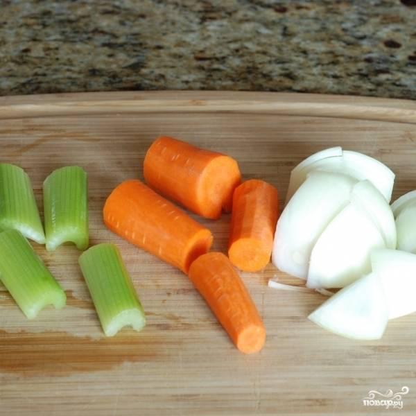 Овощи чистим и крупно нарезаем.