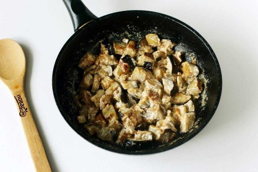 Тушеные баклажаны с чесноком готовы.