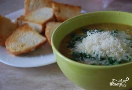 Поверх мяса наливаем суп. Натираем пармезан. Посыпаем суп измельченной зеленью и сыром. Подаем с гренками или тостами.