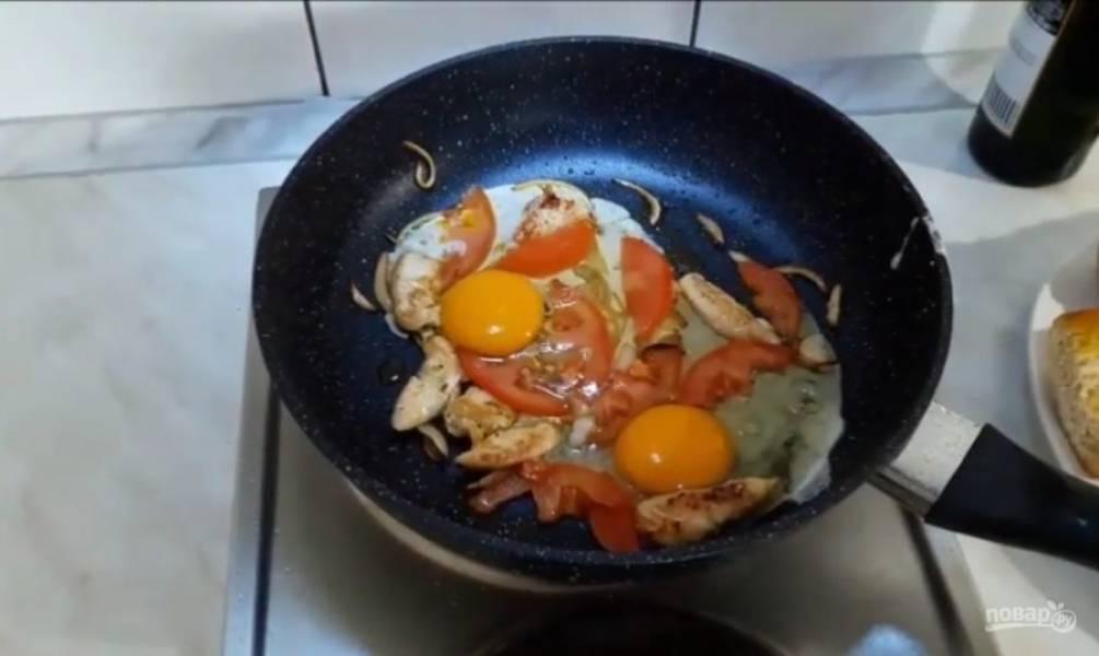 3. Добавьте яйца, хорошо все перемешайте. Посыпьте сверху тертым сыром.
