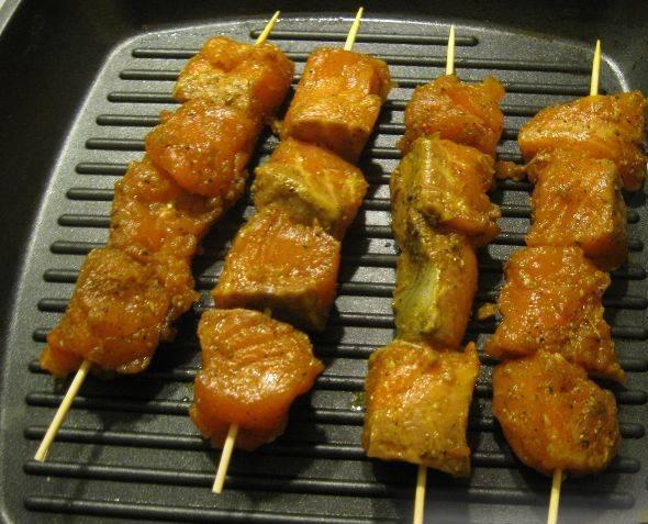 Ставим сковороду на огонь, слегка смазываем маслом и на сильном огне обжариваем шашлыки.
