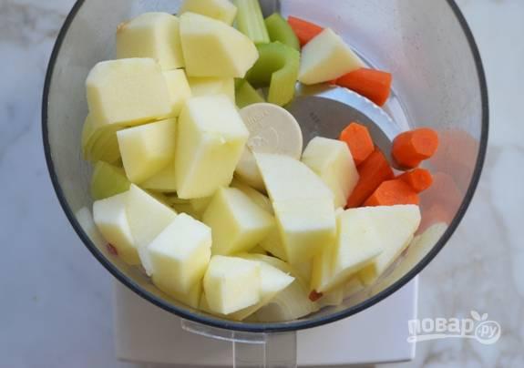 1. Яблоко, морковь, лук и сельдерей очистите и промойте, потом мелко нарубите.