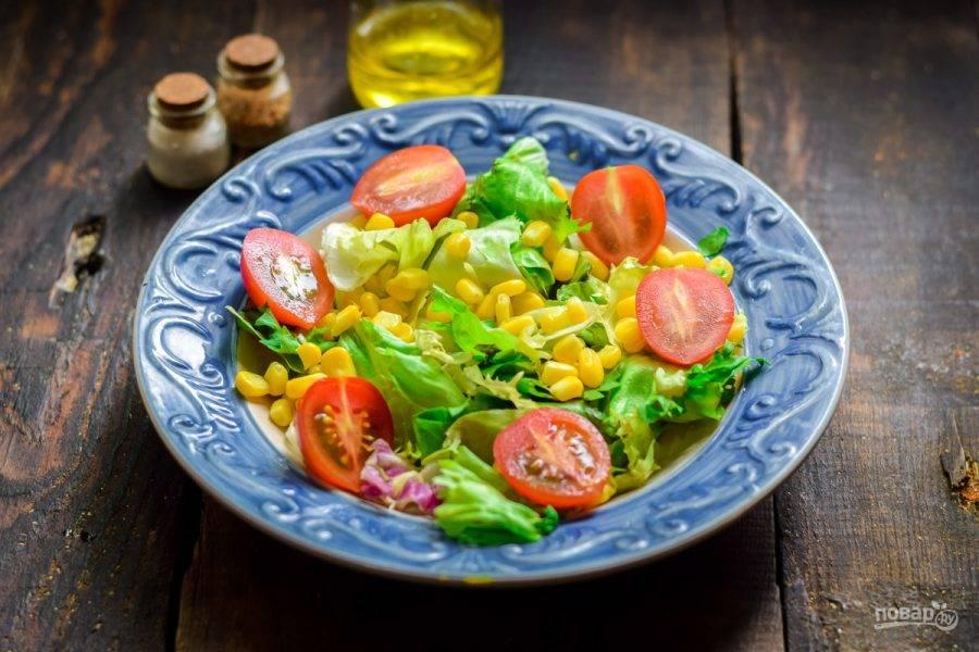 Томаты черри разрежьте пополам и выложите в салат.