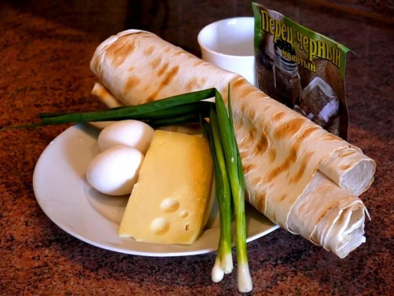 1. Вот перед вами набор необходимых в этот простой рецепт лаваша с луком и сыром ингредиентов.
