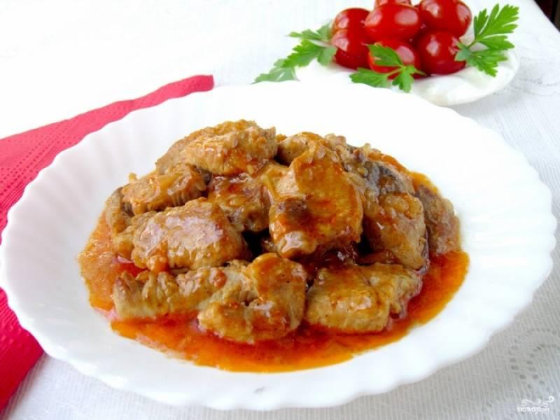 6. За время тушения гуляша можно приготовить любой гарнир. Подается свиная поджарка с луком и морковью в горячем виде.