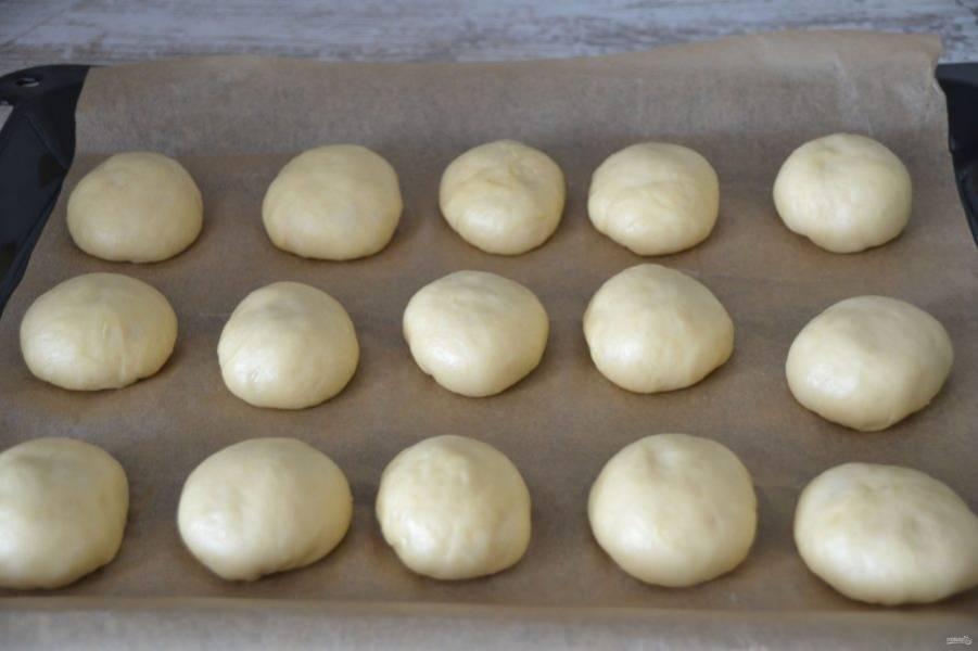 Выложите заготовки булочек на лист для выпечки на расстоянии 2 см. друг от друга, накройте салфеткой, дайте расстойку 1 час.