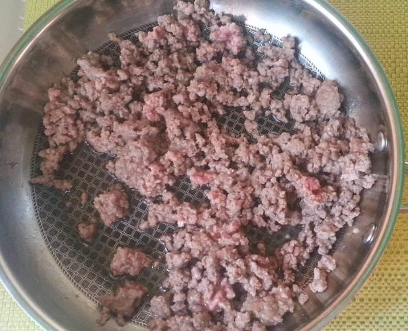 Фарш обжариваем и добавляем по вкусу соль, перец, приправы для фарша, а затем остужаем.