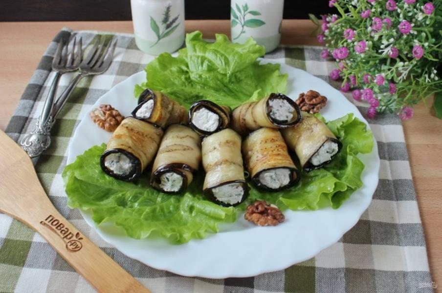 Рулетики из баклажана с творогом и грецкими орехами готовы. Подавайте на закуску.