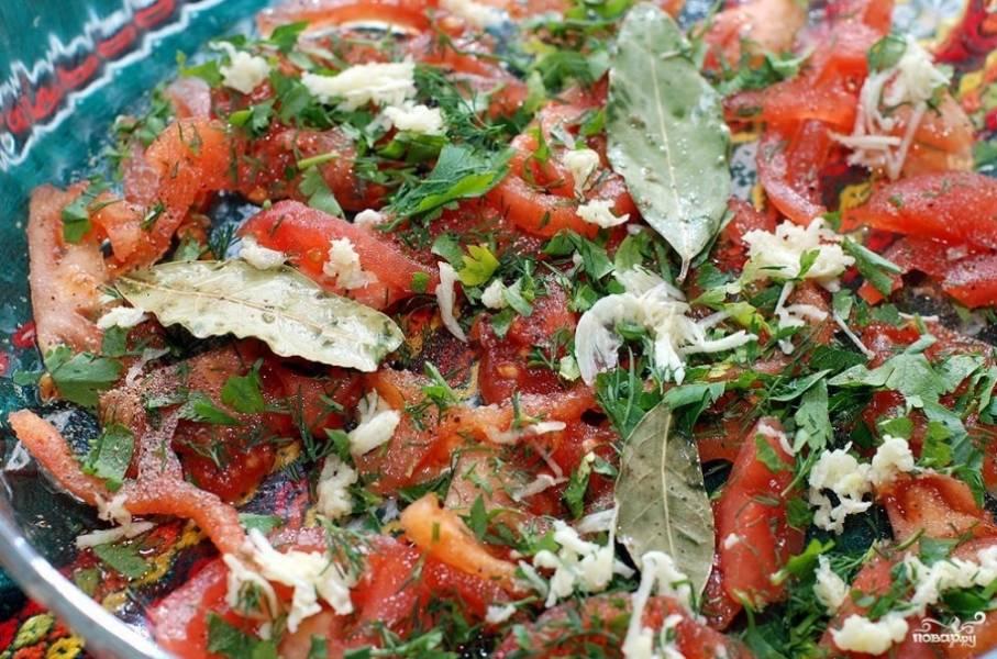 Форму для выпекания смазываем оливковым маслом. на дно выкладываем половину помидор, натертый чеснок, лавровый лист из маринада.