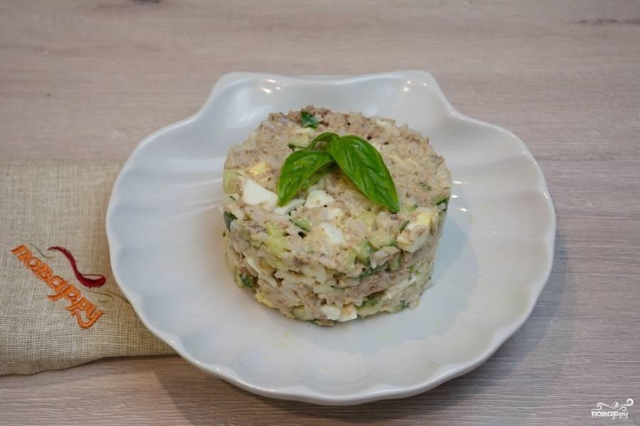 Салат заправьте майонезом. Добавьте в него соли и перца по вкусу. Перемешайте. Сформируйте салат столбиком и выложите на тарелку (удобно для этого использовать специальную форму).